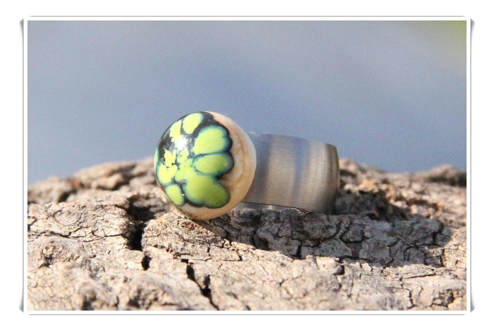 Ringtop elfenbein mit grünen Reaktonsfrits