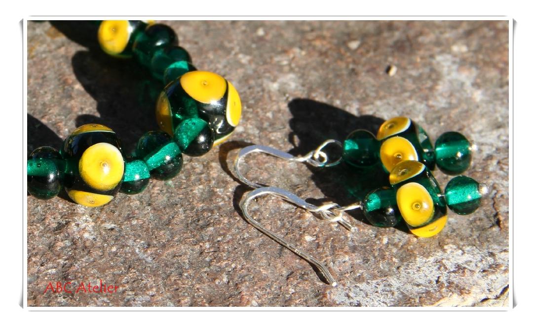 grünes Armband mit gelben Dots